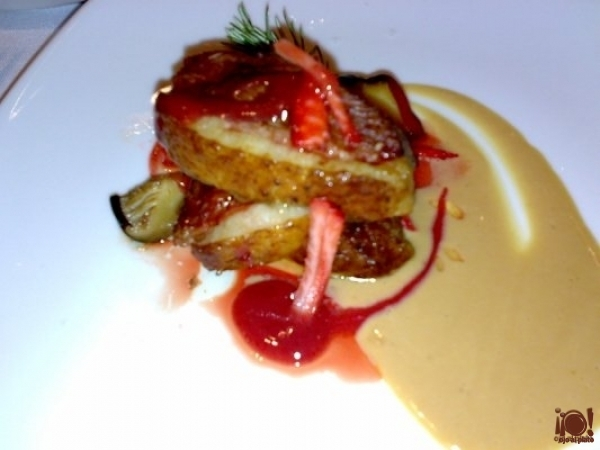 Magret de pato con crema de fresas y salsa de foie