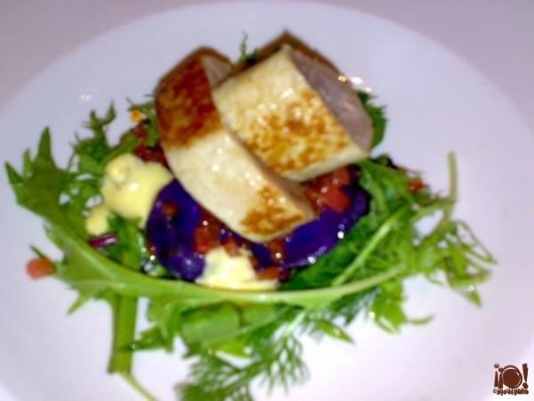 Lomo de atún con ensalada de hierbas