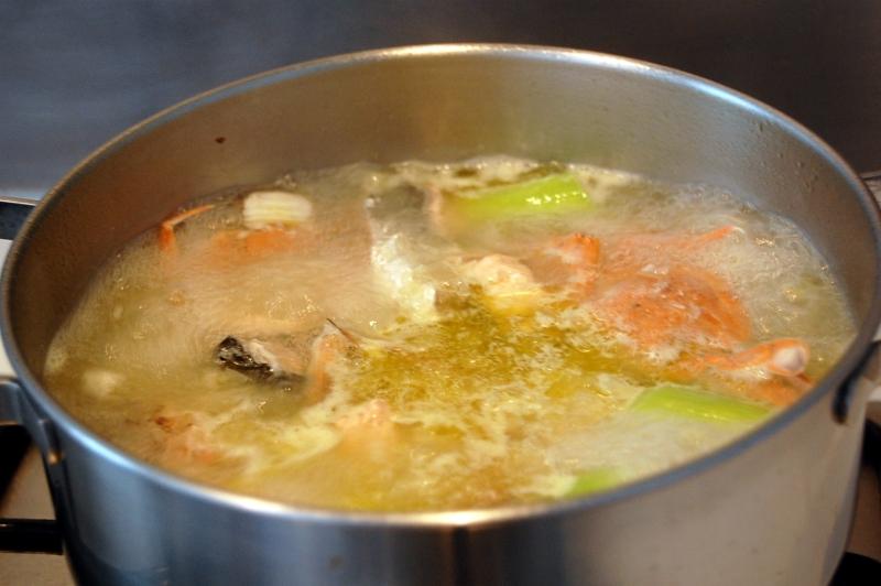 haciendo el caldo de pescado